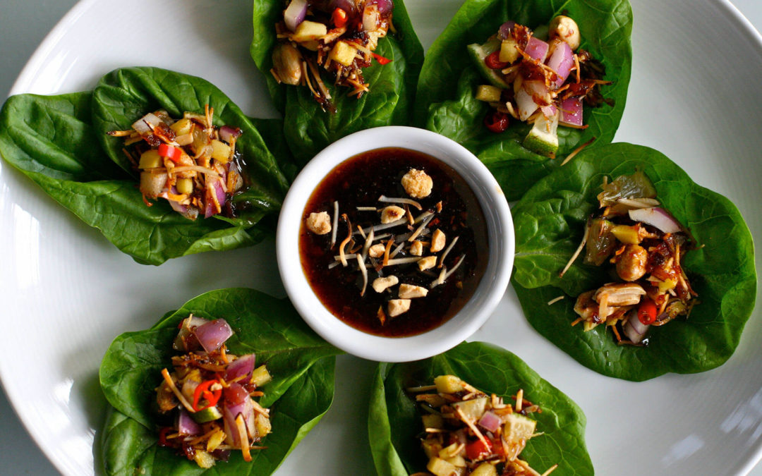 Mieng Kham, la famosa merenda Thailandese preparata con foglie di chaplu